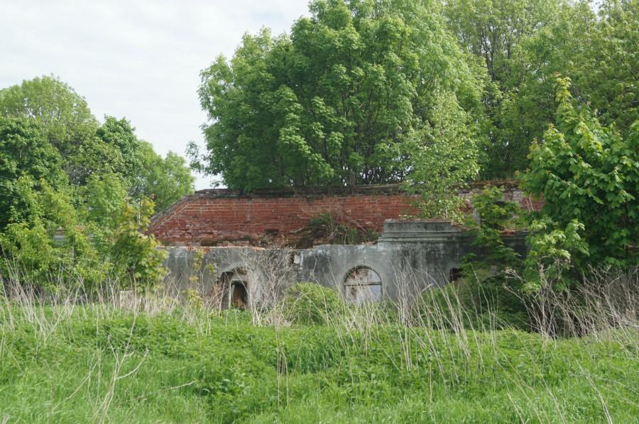 Развалины одного из многочисленных зданий усадьбы Шереметевых-Рукавишниковых