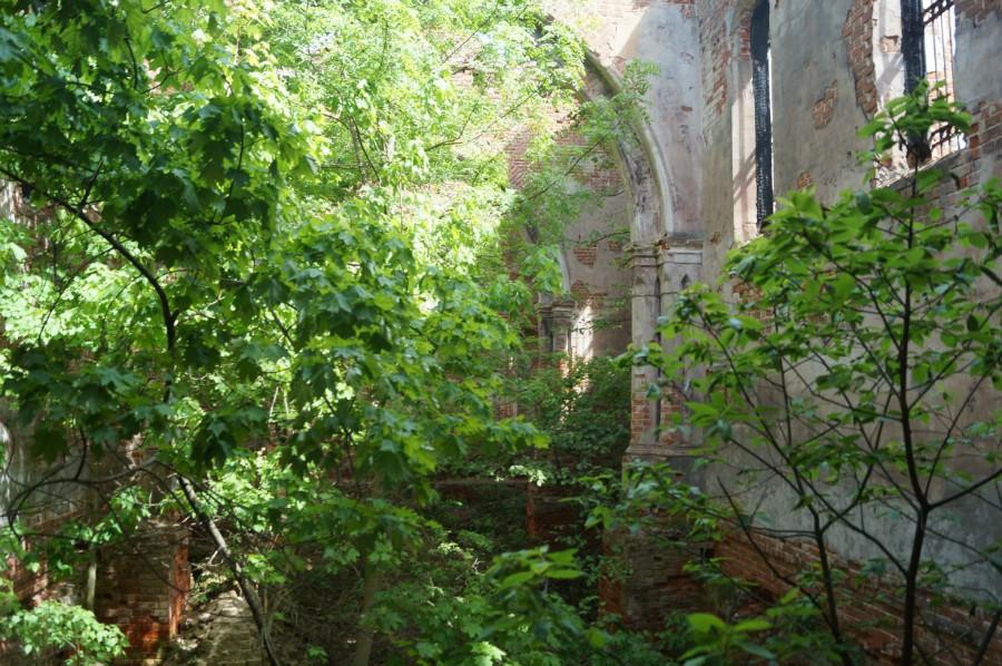 Стены храма еще крепкие