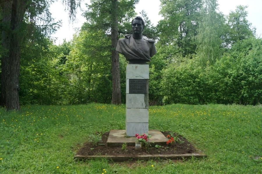 На острове стоит памятник декабристу Бестужеву-Рюмину