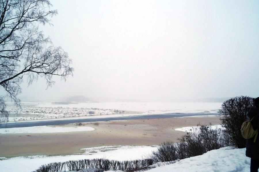 Вид на реку Сороть и озеро Кучане (озеро подо льдом, за рекой)