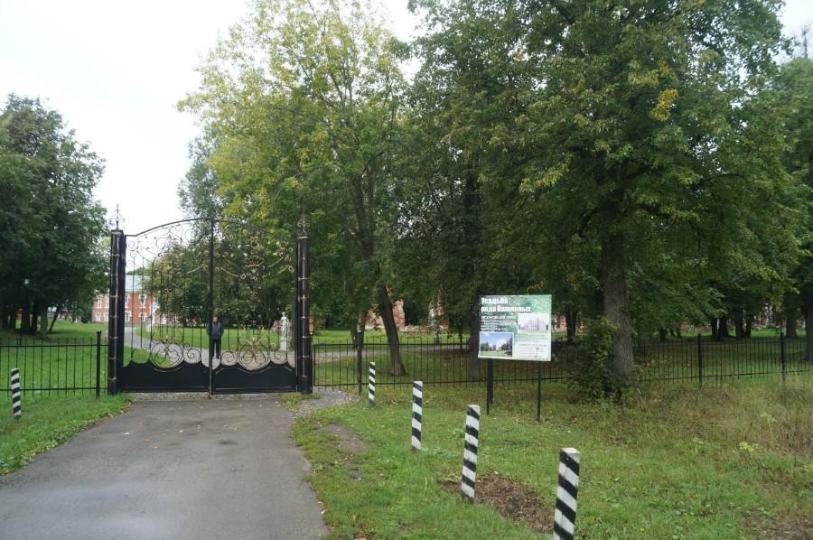 У входа в усадьбу рода Пашковых в селе Ветошкино