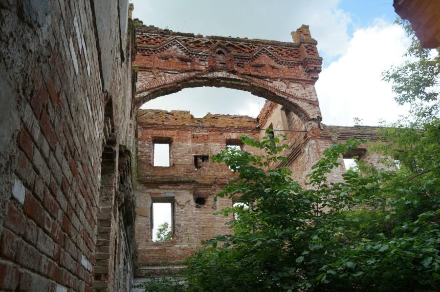 Остатки бывшей башни замка Оболенских фото 2