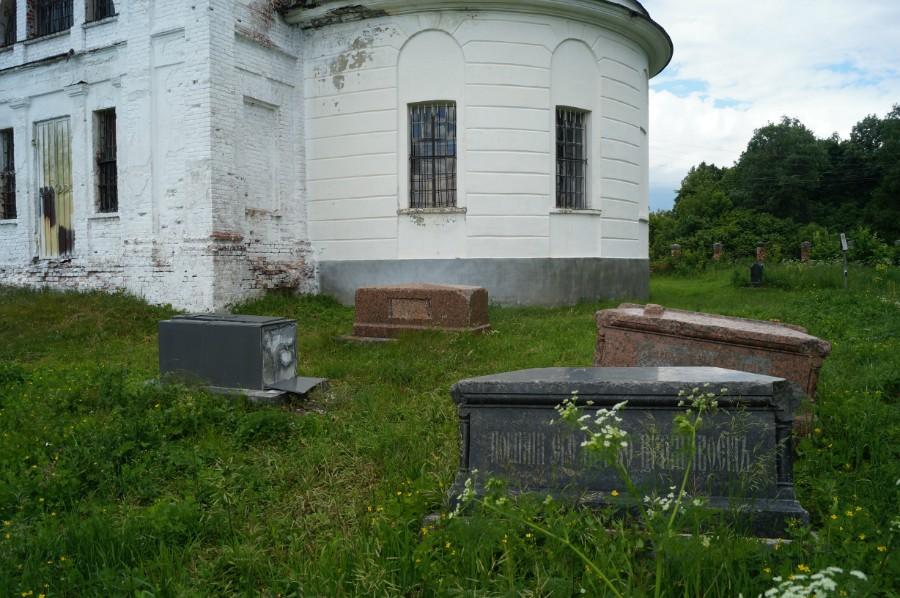 Семейное кладбище Демидовых у Рождественской церкви в Быковке (Воротынский район)