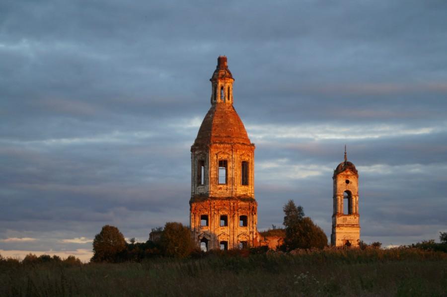 Урочище Федотово. Последние жители ушли от сюда в 1972 г., а Знаменская церковь все стоит