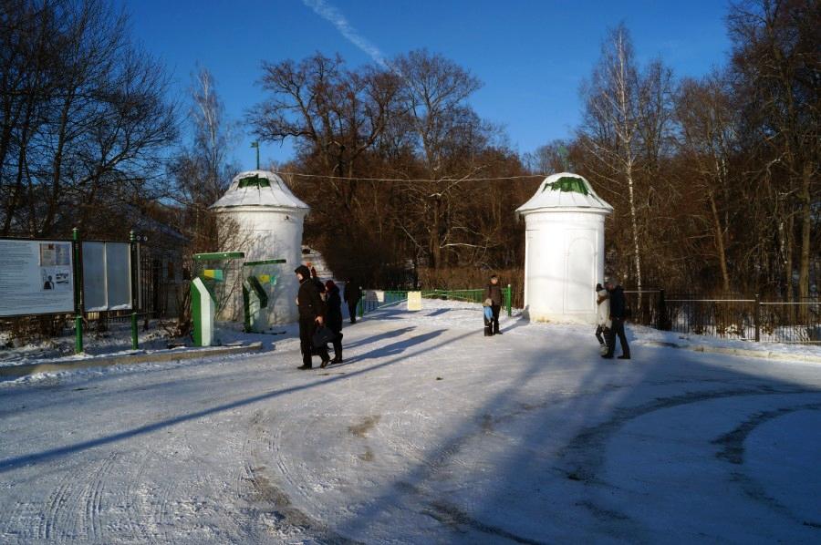 У входа в музей-усадьбу Л.Н. Толстого «Ясная Поляна»