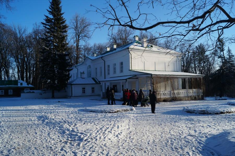 У входа в дом-музей Л.Н. Толстого в