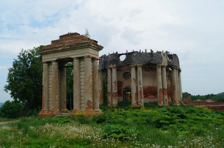 Руины Воскресенской церкви в Подвязье
