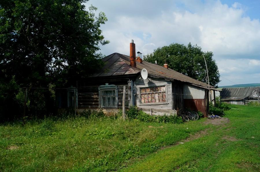 Стареющий жилой, многоквартирный дом перебранный из бревен бывшей усадьбы Званцевых