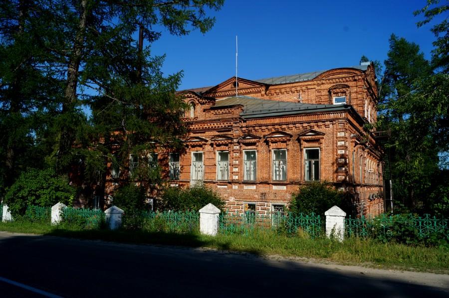 Здание бывшей усадьбы Мещерских-Бердниковых (ныне школа) в Белышево